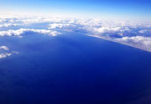 飛行機から見た青い空